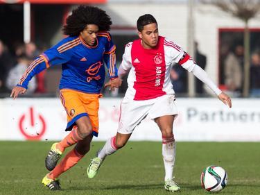 Justin Kluivert (r.) houdt Tahith Chong van de bal tijdens de mini-Klassieker tussen Ajax B1 en Feyenoord B1. (23-01-2016)