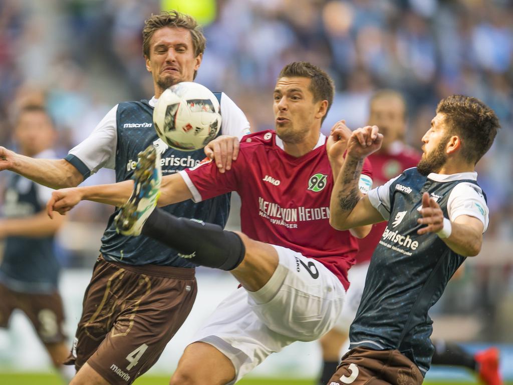 Hannovers Artur Sobiech wird von den Löwen Kai Bülow (4) und Fanol Perdedaj (5) attackiert (25.09.2016).