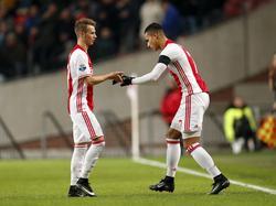 Anwar El Ghazi (r.) komt in het veld voor Vaclav Černý (l.) tijdens het competitieduel Ajax - FC Groningen (04-12-2016).