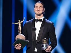Stolz präsentiert Ibrahimović seine Preise
