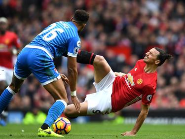 Het gaat er hard aan toe bij de duels tussen Tyrone Mings (l.) en Zlatan Ibrahimović (r.). (04-03-2017)