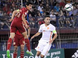 Jesús Vallejo (li.) steht vor einer Unterschrift bei Real Madrid
