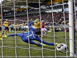 Davy Klaassen schiet Ajax op voorsprong tegen Roda JC. Doelman Benjamin van Leer kan het schot niet keren. (05-02-2017)