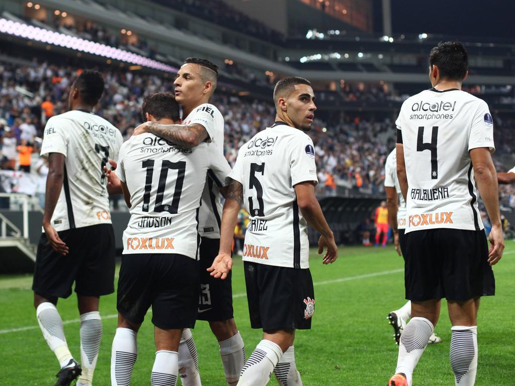 Corinthians celebra uno de sus tantos en casa de la U. de Chile. (Foto: Imago)