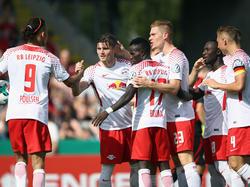 Gute Laune bei RB: Vor dem Liga-Auftakt auf Schalke sind fast alle Mann an Bord
