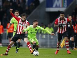 Davy Pröpper (l.) vecht een duel uit met Nemanja Gudelj (r.) van Ajax. Beide spelers voeren een mooie strijd op het middenveld in Eindhoven. (20-03-2016)