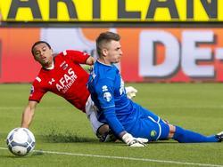 Dabney dos Santos (l.) is eerder bij de bal dan ADO Den Haag-doelman Martin Hansen, waardoor de speler van AZ kan scoren. (21-04-2016)
