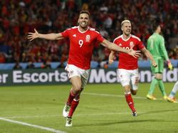 Hal Robson-Kanu viert zijn geweldige doelpunt tegen België met Wales in de kwartfinale op het EK in Frankrijk. (01-07-2016)