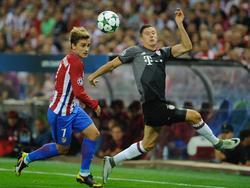 Manchester United hat nach der scheinbaren Absage von Griezmann offenbar Robert Lewandowsk (r.)i ins Auge gefasst