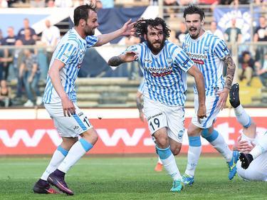 SPAL 2013 Ferrara-speler Luca Mora (m.) heeft zojuist de 1-3 tegen tegen Brescia Calcio gemaakt en viert zijn treffer. Gianmarco Zigoni (l.) en Michele Cremonesi (r.) juichen met de middenvelder mee. (09-04-2017)
