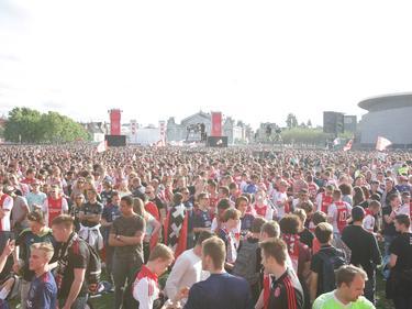 Duizenden supporters van Ajax bekijken de finale tegen Manchester United op het Museumplein in Amsterdam. (24-05-2017)