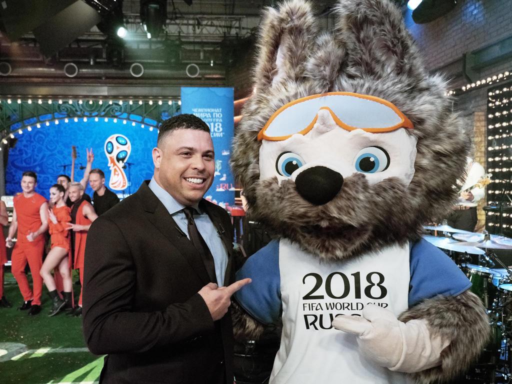 Ex-Weltmeister Ronaldo mit dem Maskottchen der WM 2018 Zabivaka