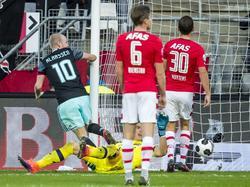 Van dichtbij weet Davy Klaassen (l.) de 1-2 tegen AZ binnen te tikken. (06-11-2016)