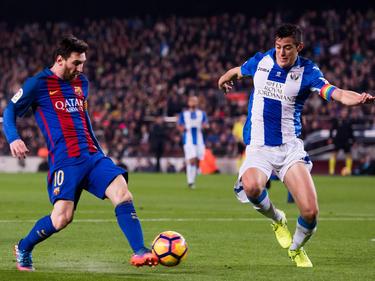 Messi antes de ser parado en falta por Mantovani. (Foto: Getty)