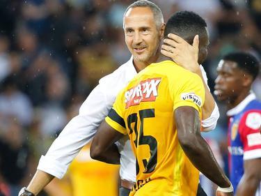 Adi Hütter herzt den Ivorer Sékou Sanogo nach dem Sieg über Basel