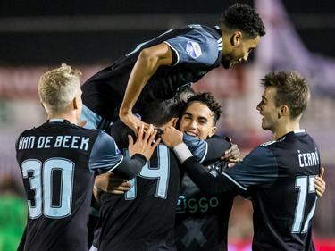 De toekomst van Ajax komt bij elkaar om de 0-5 te vieren. V.l.n.r: Donny van de Beek, Jairo Riedewald, Pelle Clement, Abdelhak Nouri en Vaclav Černý. (26-10-2016)