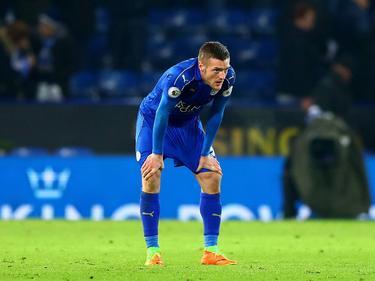 Jamie Vardy staat uit te hijgen tijdens het competitieduel Leicester City - Manchester United (05-02-2017.