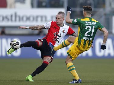 Édouard Duplan (r.) probeert een poging van Rick Karsdorp (l.) te blokken tijdens het competitieduel ADO Den Haag - Feyenoord (19-02-2017).