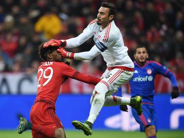 Roberto (Olympiacos) salta con valentía ante Coman del Bayern. (Foto: Getty)