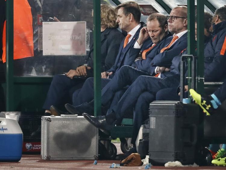 Danny Blind (m.) ziet dat de Oranje-spelers er niet in slagen om de 2-0 achterstand tegen Bulgarije om te buigen. (25-03-2017)