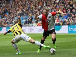 Guram Kashia (l.) probeert Nicolai Jørgensen (r.) van de bal te zetten tijdens het competitieduel Vitesse - Feyenoord (23-04-2017).