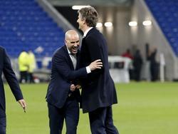 Ajax-trainer Peter Bosz (l.) valt Edwin van der Sar (r.) in de armen als Ajax ten koste van Olympique Lyon de finale van de Europa League heeft bereikt. (11-05-2017)