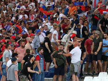 Enfrentamiento entre hinchas ingleses y rusos en la pasada Eurocopa. (Foto: Getty)