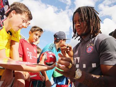 Bei den Autogrammjägern sind die jungen Stars, wie Renato Sanches, sehr beliebt