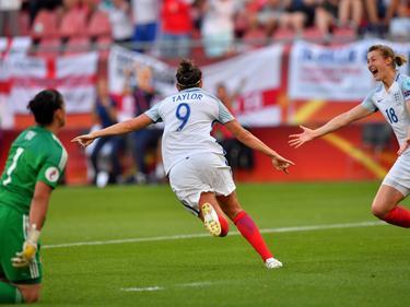 Jodie Taylor (m.) kan juichen na haar doelpunt voor Engeland. Ploeggenoot Ellen White (r.) juicht mee, terwijl de Schotse doelvrouw Gemma Fay (l.) verslagen achterblijft. (19-07-2017)