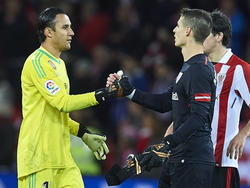 Navas y Kepa se dan la mano en el último Athletic-Real Madrid. (Foto: Getty)