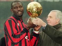 Milan-Star George Weah bekommt den Preis als Weltfußballer des Jahres 1995 überreicht