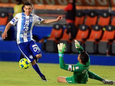 Hirving Lozano (l.) dribbelt langs Deportivo Toluca-doelman Alfredo Talavera (r.) tijdens het competitieduel CF Pachuca - Deportivo Toluca (29-01-2017).