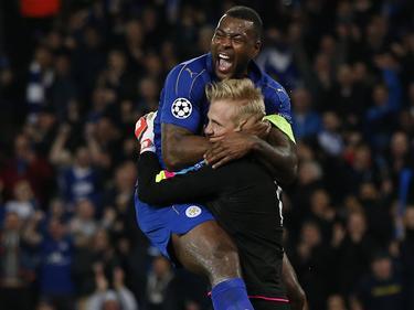 Wes Morgan y Kaspar Schmeichel fueron los héroes del Leicester contra Sevilla. (Foto: Getty)