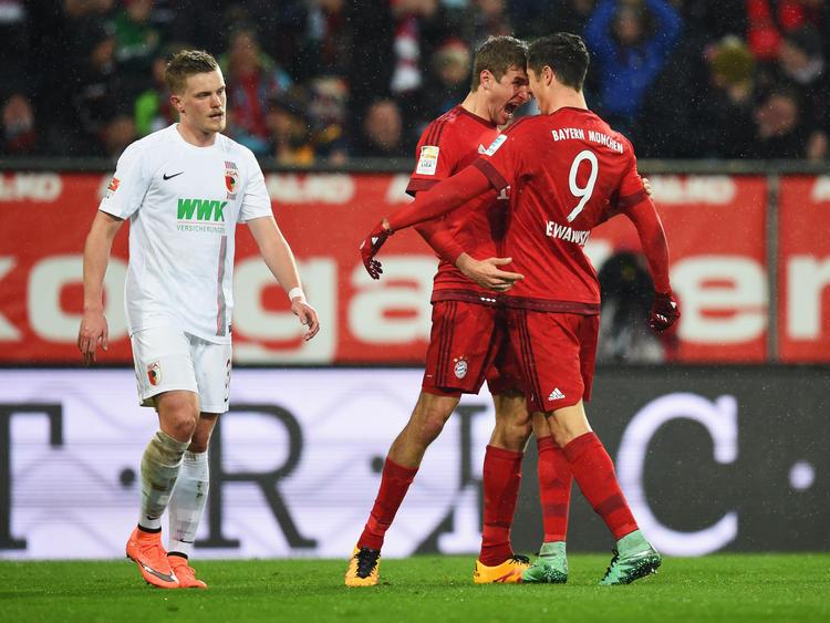 Die Bayern-Spieler Robert Lewandowski (r.) und Thomas Müller feiern einen Treffer des Polen gegen Augsburg.