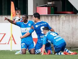 Queensy Menig (l.) viert een feestje met Anass Achahbar (m.) en Mustafa Saymak (r.) nadat hij PEC Zwolle op een 0-1 voorsprong heeft gezet. Het eerste doelpunt van het Eredivisie-seizoen 2016/2016. (05-08-2016)