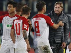 Nach dem Abpfiff stürmt Trainer Ralph Hasenhüttl (r.) zu Augsburgs Kapitän Daniel Baier (r). Foto: Stefan Puchner