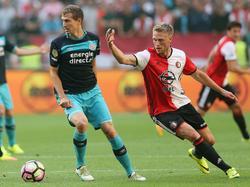 Daniel Schwaab (l.) draait weg bij Nicolai Jørgesen (r.) tijdens de strijd om de Johan Cruijff Schaal tussen Feyenoord en PSV (31-07-2016).