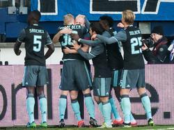 Davy Klaassen heeft Ajax op 1-0 voorsprong gezet tegen sc Heerenveen en de aanvoerder wordt door zijn teamgenoten bejubeld. (27-11-2016)