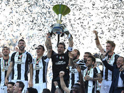 Juventus Turin feiert nach dem 2:0 über Crotone die 33. Meisterschaft