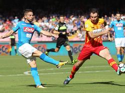 Lucioni (dcha.) tapona un disparo del jugador del Nápoles, Mertens. (Foto: Getty)