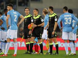 Schiedsrichter Massimilliano Irrati unterbricht das Ligaspiel zwischen Lazio und Napoli