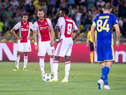 Jairo Riedewald, Nemanja Gudelj en Bertrand Traoré (v.l.n.r.) balen van de openingstreffer van FK Rostov. Alexandru Gaţcan (r.) kijkt toe hoe de Ajax-speler de aftrap gaan nemen. (24-08-2016)