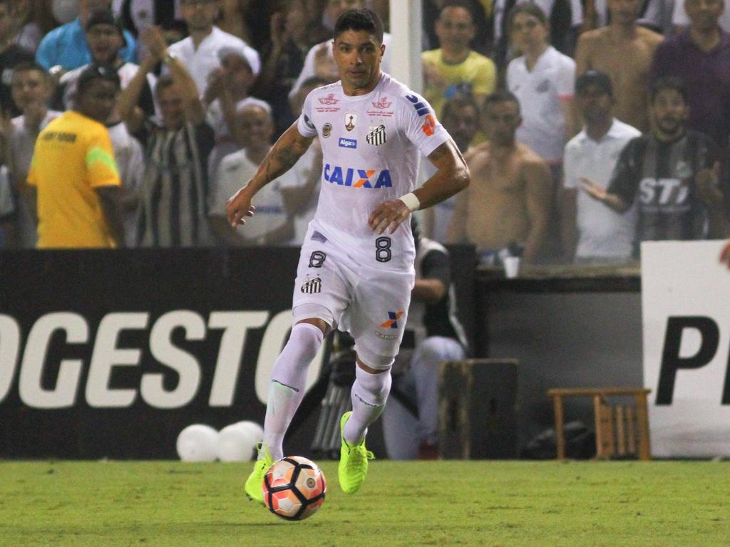 Renato conduce el cuero durante el choque contra The Strongest. (Foto: Imago)