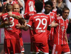 Philipp Lahm  (r.)  machte sein letztes Spiel bei Bayern-Sieg