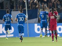 De spelers van PEC Zwolle vieren een Zwolse treffer, terwijl FC Twente-speler Dylan George afdruipt. (26-08-2017)