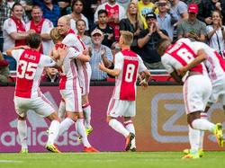 De Amsterdammers hebben zojuist gescoord. Mitchell Dijks, Kasper Dolberg, Davy Klaassen en Daley Sinkgraven (v.l.n.r.) vieren het feestje. (13-08-2016)