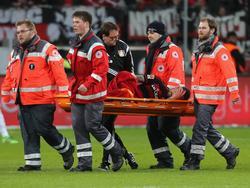Roberto Hilbert musste verletzt vom Platz getragen werden