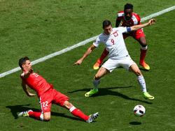 ...ist Polens Robert Lewandowski (M.) in dieser Szene des EM-Achtelfinals gegen die Schweiz. Fabian Schär (l.) und Johan Djourou stören den Angreifer. (25.06.2016)