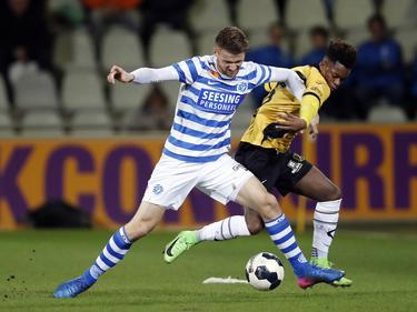Piotr Parzyszek (l.) vecht een duel uit met Ashley Smith-Brown (r.) tijdens het competitieduel De Graafschap - NAC Breda (03-03-2017).