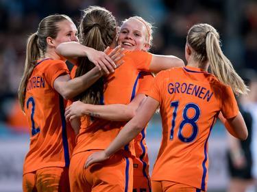 De Oranje Leeuwinnen vieren een treffer tijdens het oefenduel Nederland - IJsland (11-04-2017).